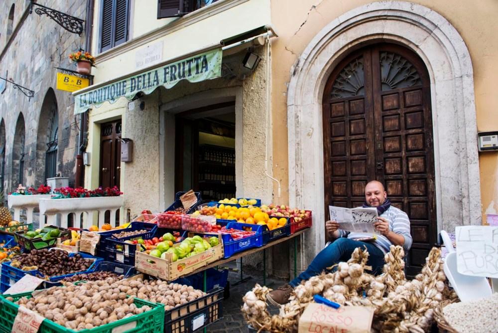 Grønnsakshandler i Bolsena i Italia