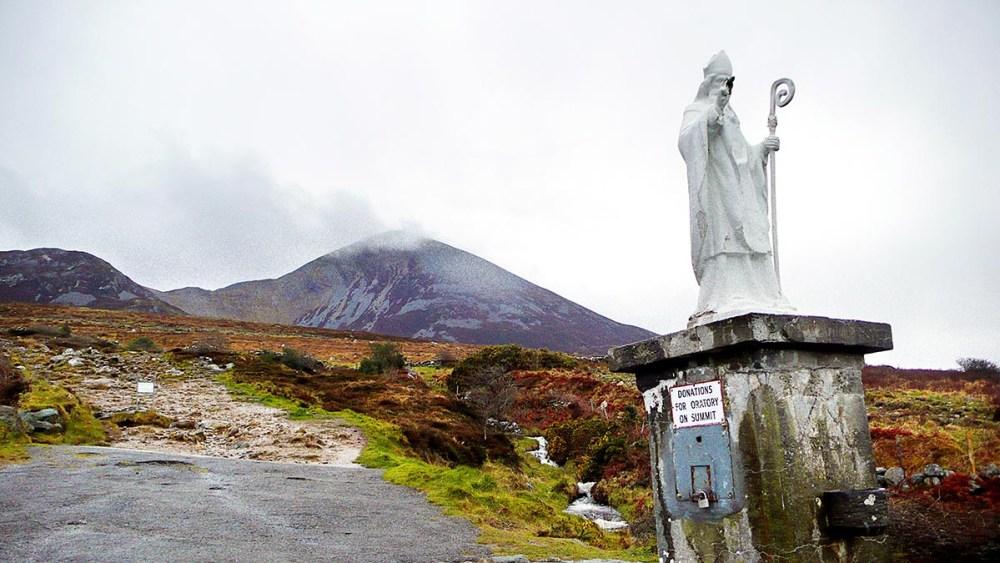 Sankt Patrick-statue nedenfor Croagh Patrick på Irland