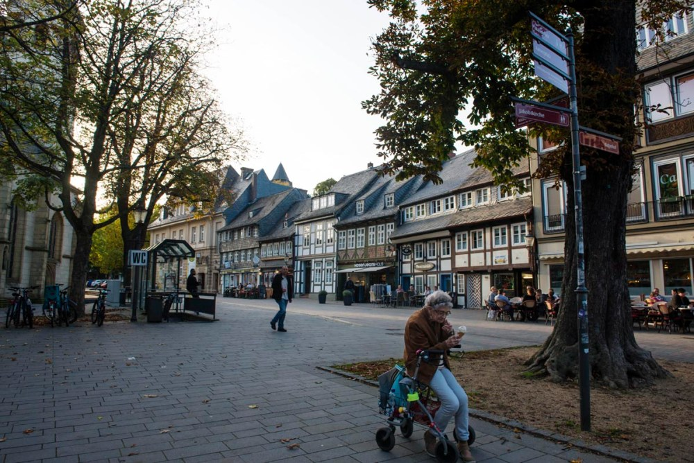 Gammel dame på rullator i Goslar