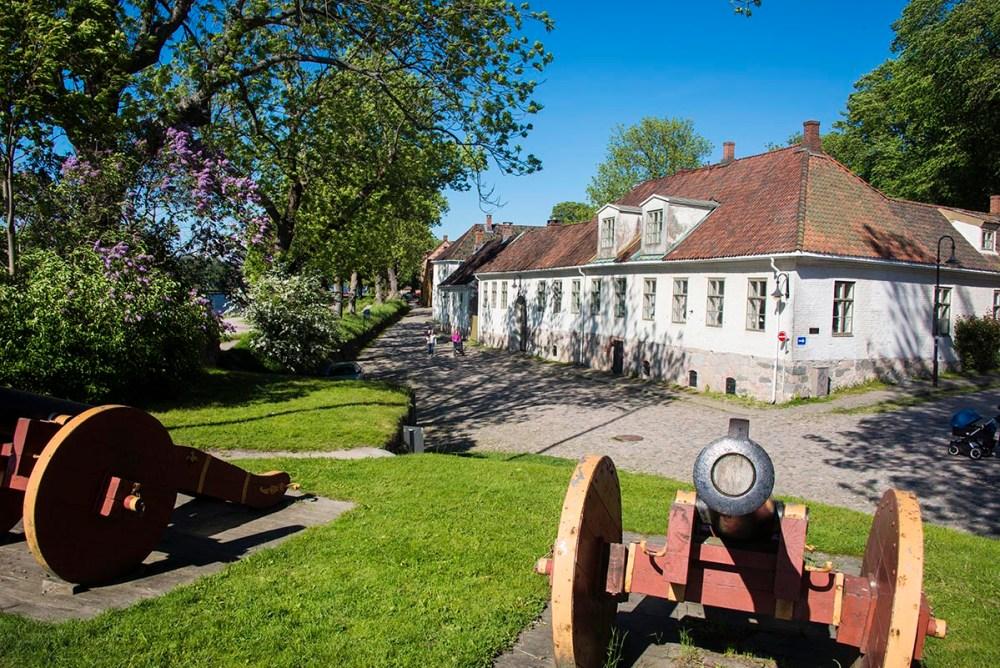 Kanoner langs vollen i Gamlebyen i Fredrikstad