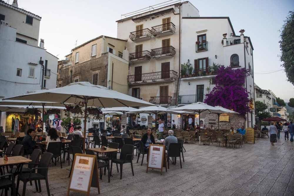 Piazza i gamlebyen i Sperlonga i Italia