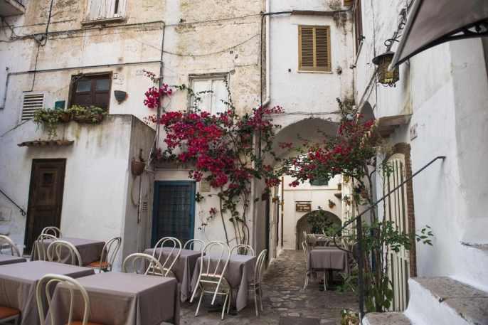 Blomster og uterestaurant i smugene i Sperlonga gamleby