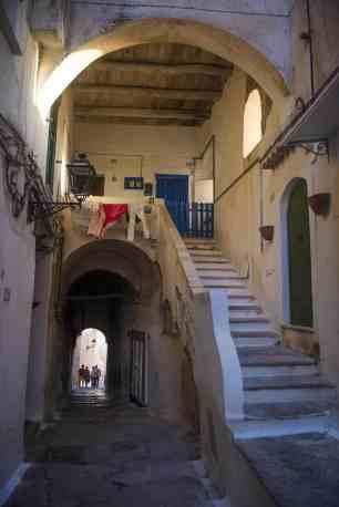 Trappetunnel og inngangsdører til husene i Sperlonga