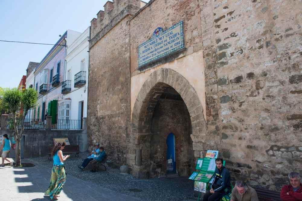 Vestre port i bymuren rundt Tarifa i Spania