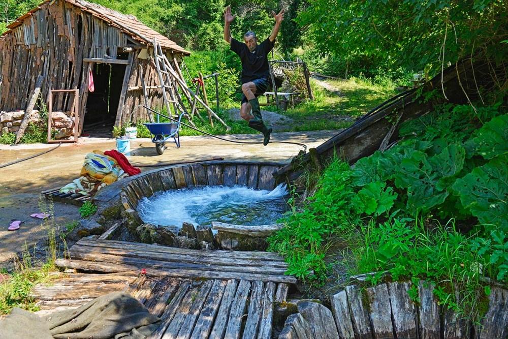 Driveren tar et bad i det gammeldagse vaskeriet i Recica