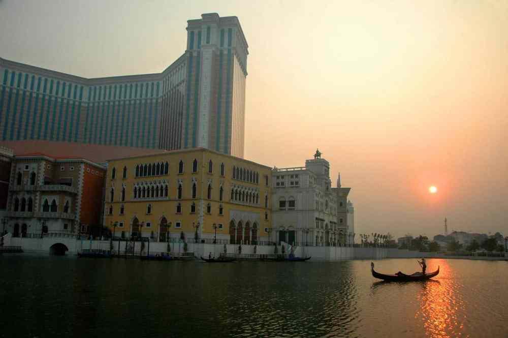 En gondol i solnedgang utenfor kasinoet Venetian i Macao