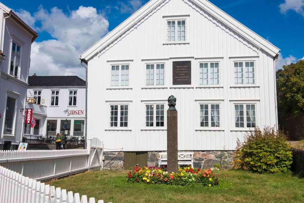 Ibsen-statue i Grimstad utenfor Ibsenmuseet