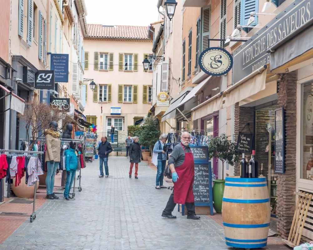 Gågate i sentrum av Sanary-sur-Mer