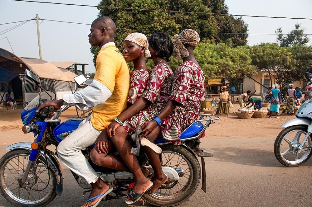 Moped med fire mennesker på