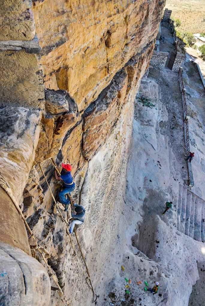 Taustige opp til Debre Damo i Etiopia