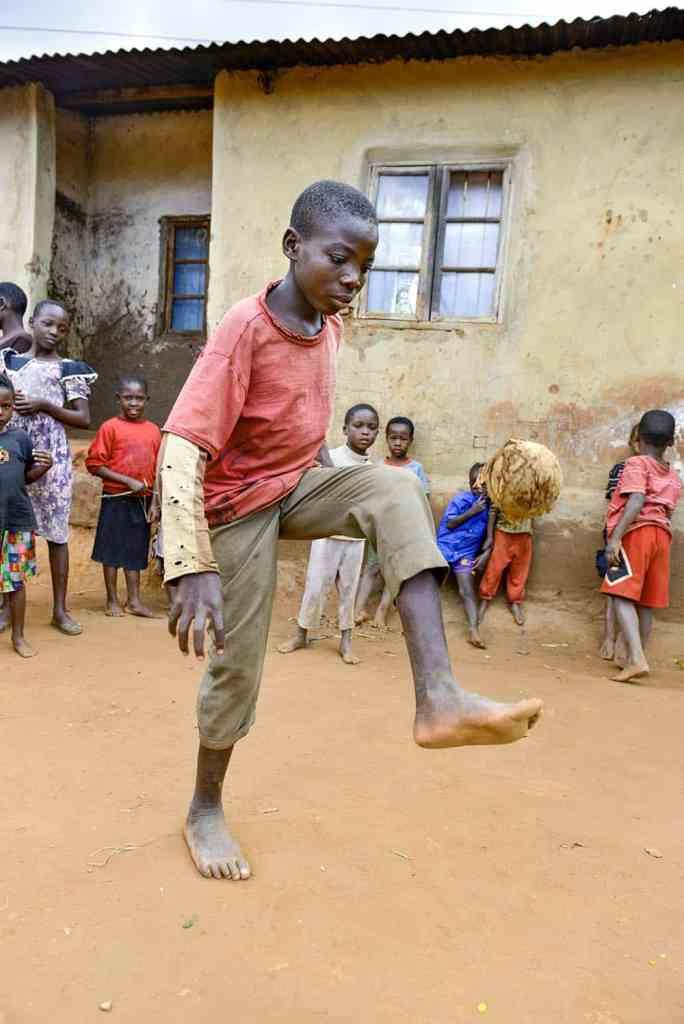 Gutt trikser med hjemmelagd ball i Malawi