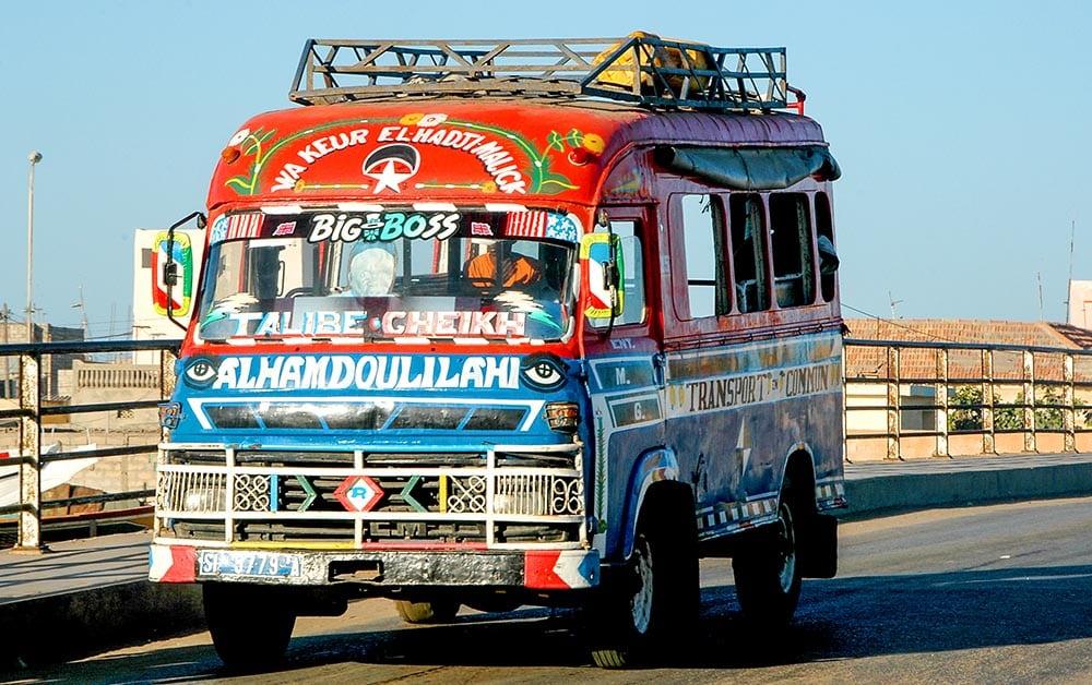 Fargerik minibuss i Saint-Louis i Senegal