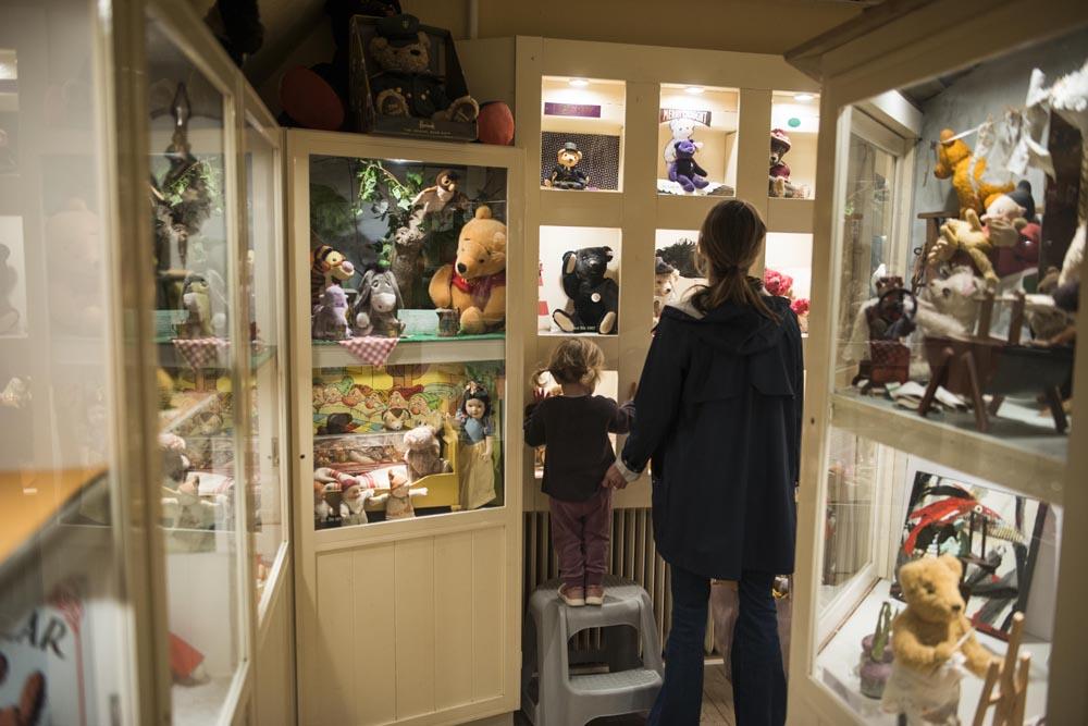 Barn og mor i Skagen bamsemuseum