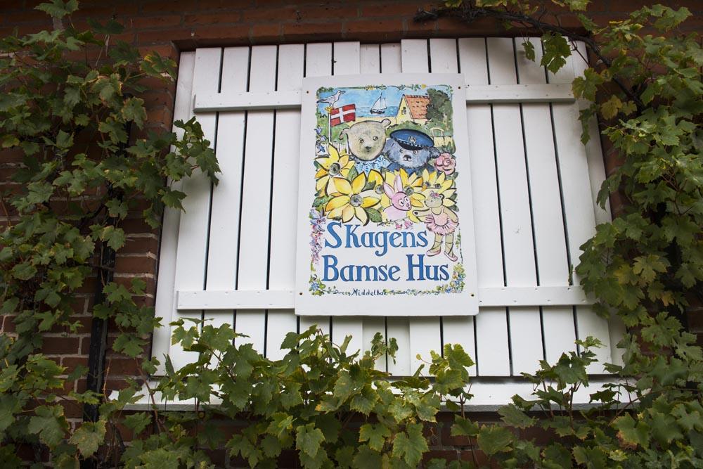 Skilt foran Skagens Bamsehus