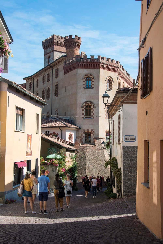 Gatebilde fra landsbyen Barolo i Italia