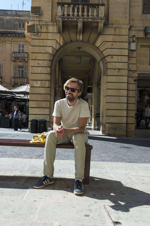 Reisebloggeren bak Det vonde liv på en benk på ferien i Malta