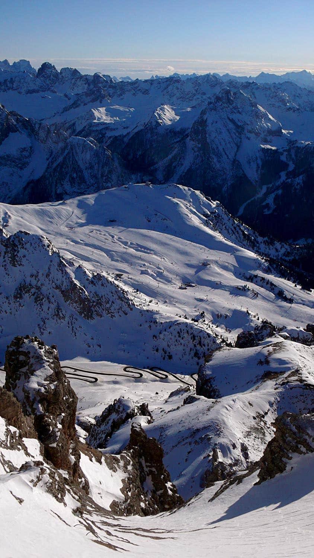 Utsikt fra Sass Pordoi med veien langt der nede