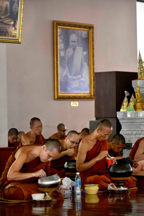 Frokost i et buddhistkloster i Thailand