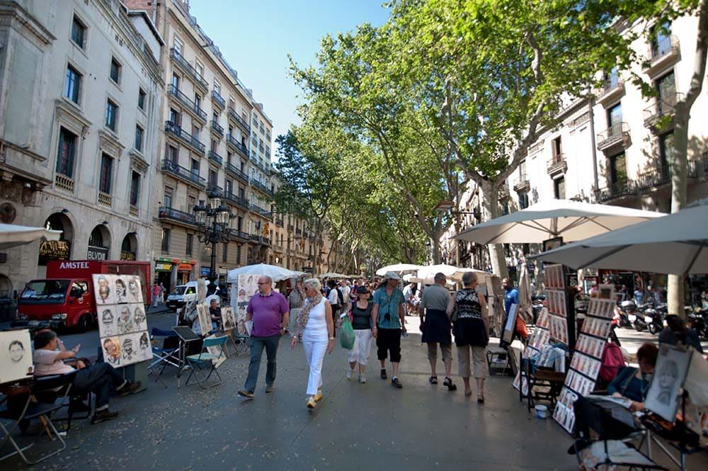 Turister på Las Ramblas i Barcelona