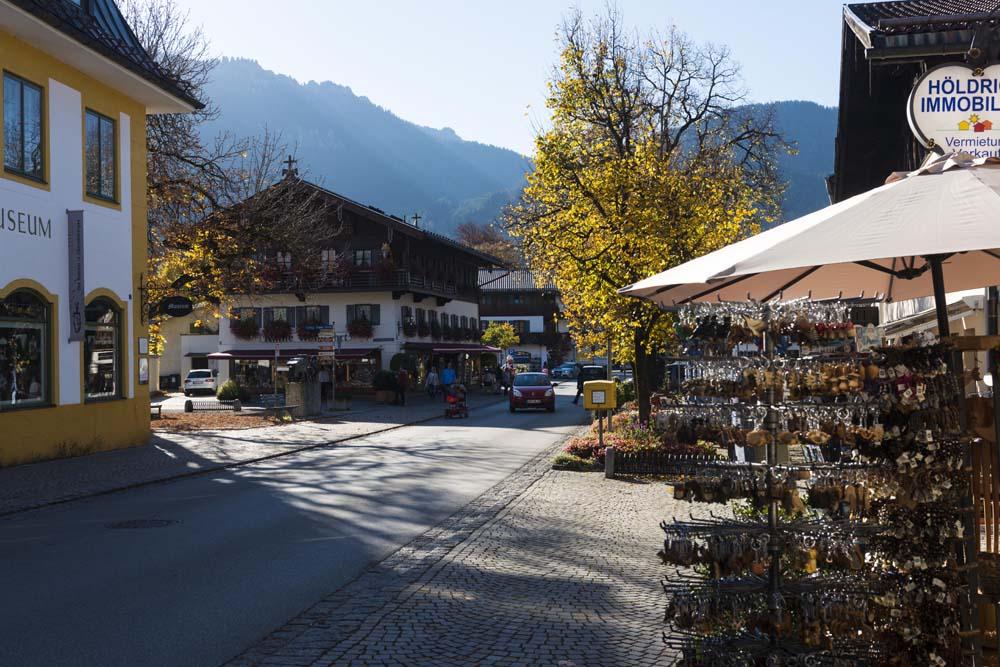 Gate i Oberammergau med fjellene i bakgrunnen