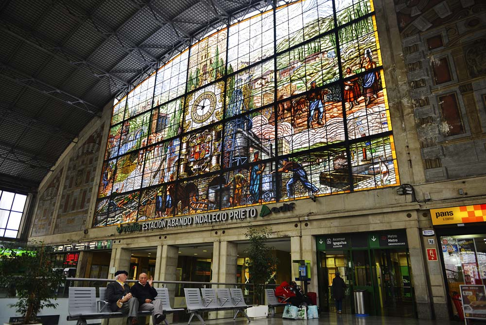 Glassmaleri i Abando jernbanestasjon i Bilbao