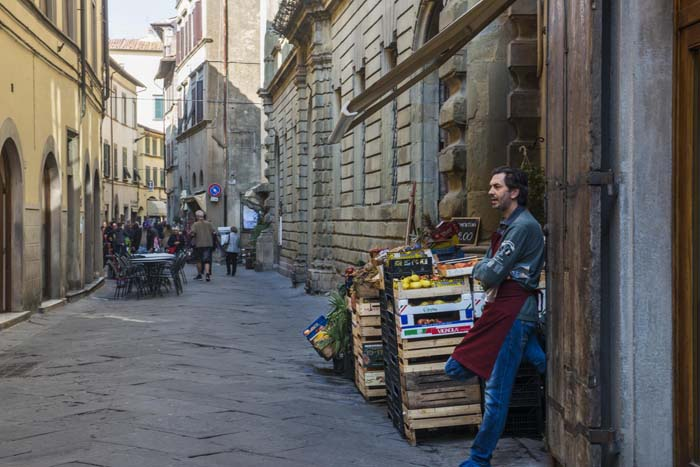 Grønnsakshandler i Via Nazionale i Cortona