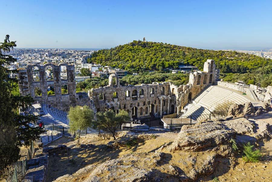 Odeon til Herodes Atticus sett fra trappene opp mot Akropolis