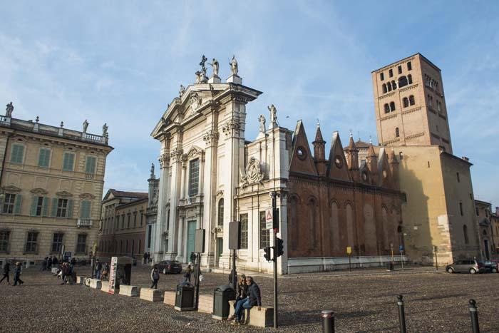 Duomoen i Mantova sett halvveis fra siden