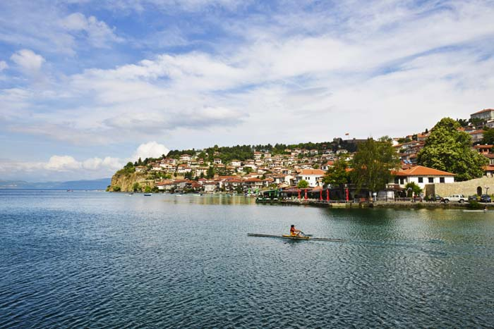 En robåt over Ohridsjøen ved byen Ohrid