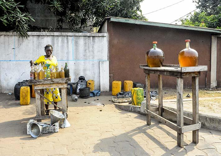 Provisorisk bensinstasjon i Benin, men bensin på flasker og kolber