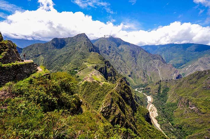 Utsikt fra veien mot Huayna Picchu. Machu Picchu ligger omtrent midt på bildet.