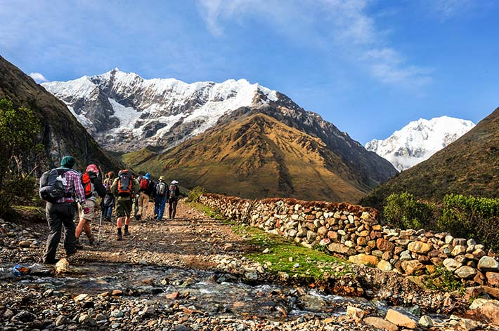 Gruppe går Salkantay-ruta i Peru