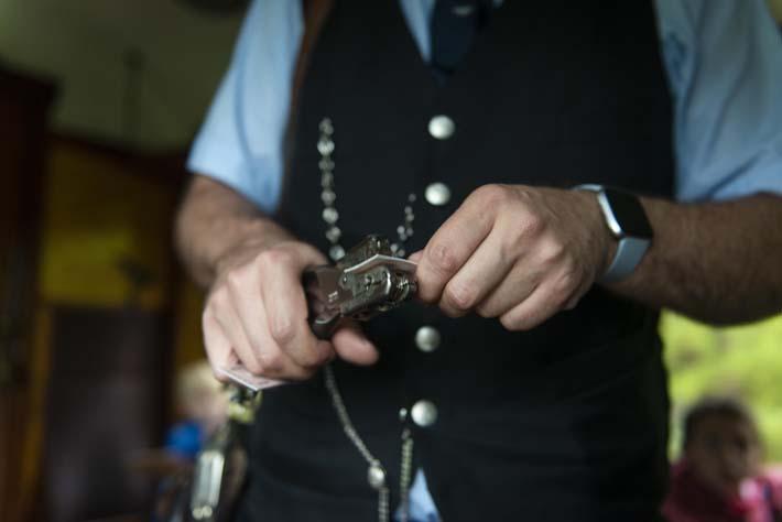 Konduktør klipper billetter med gammeldags klippetang
