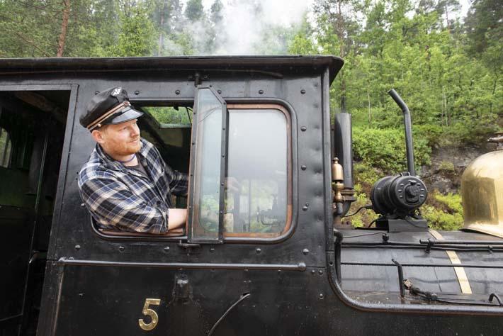 Lokfører på veteranlokomotivet på Setesdalsbanen