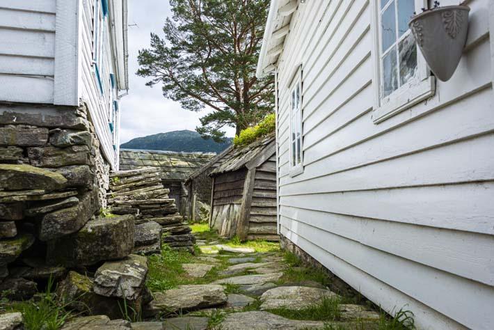 Husvegger langs hovedgata i Havråtunet