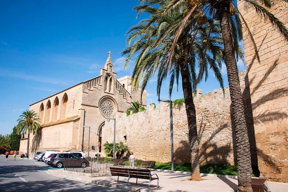 Bymuren og kirka i Alcudia på Mallorca