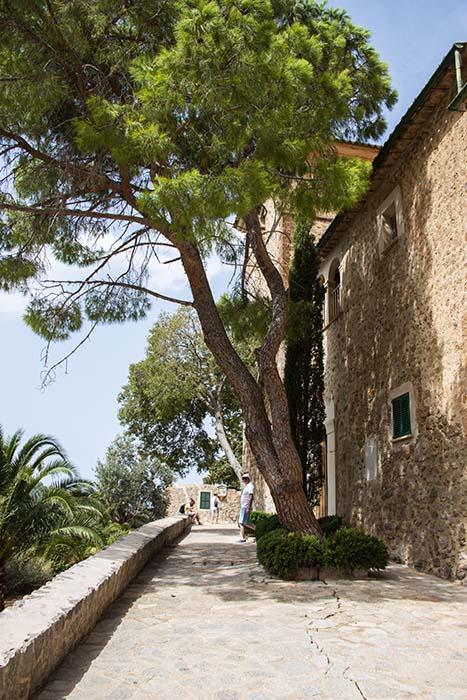 Utenfor kirken i Deià