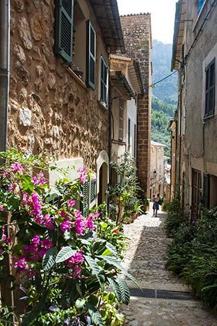 Et smug i landsbyen Fornalutx på Mallorca