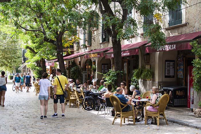 Kafe i hovedgata i Valldemossa