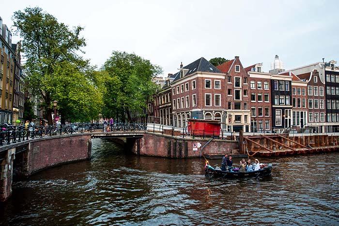 Et kryss i kanalene i Amsterdam