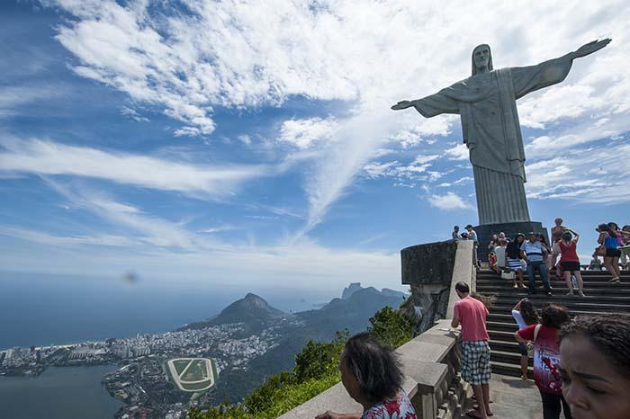 Turister foran Kristusstatuen i Rio de Janeiro