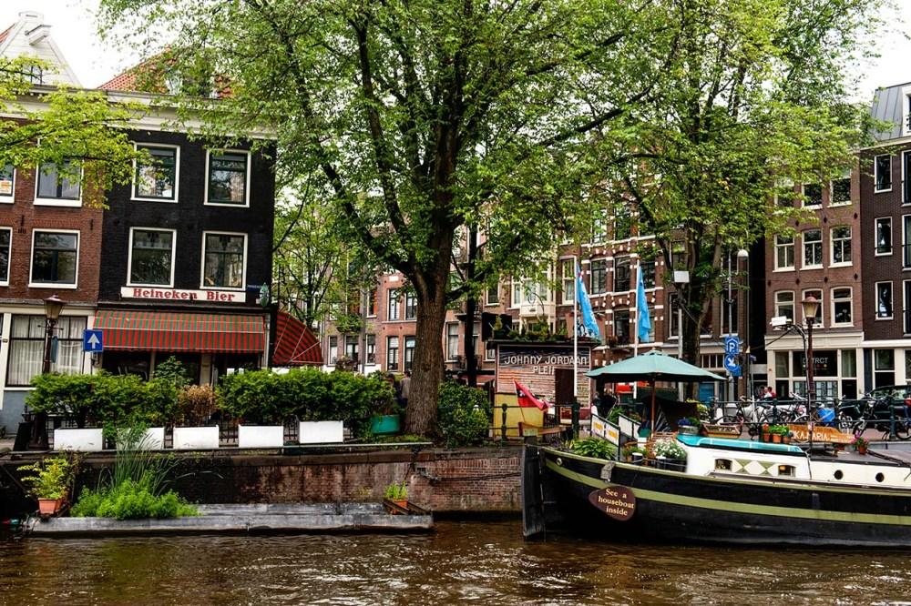 En kanal og husbåt i Amsterdam