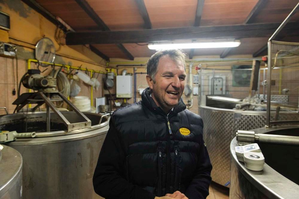 Guido Paltrinelli i rommet hvor han koker druemost i store stålkar