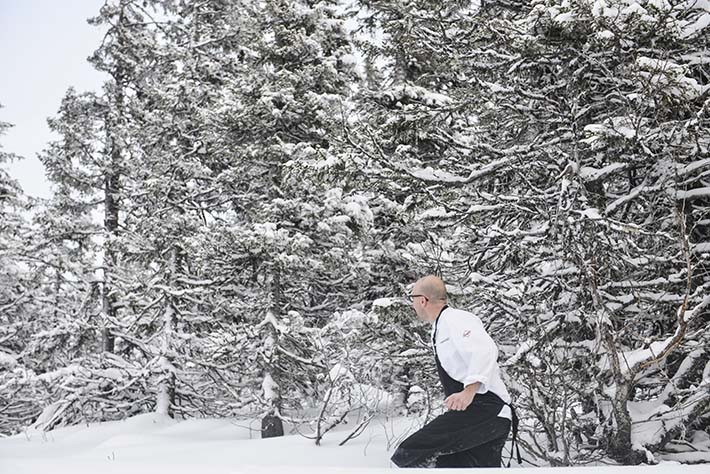 En kokk vasser i dyp snø i Åre