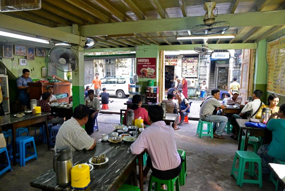 inne i et tradisjonelt tehus i Myanmars storby Yangon
