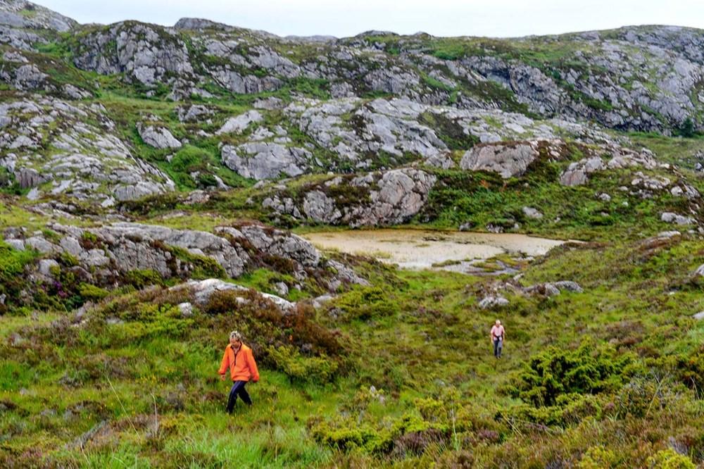 To turgåere i kystlynghei på Sotra i Hordaland