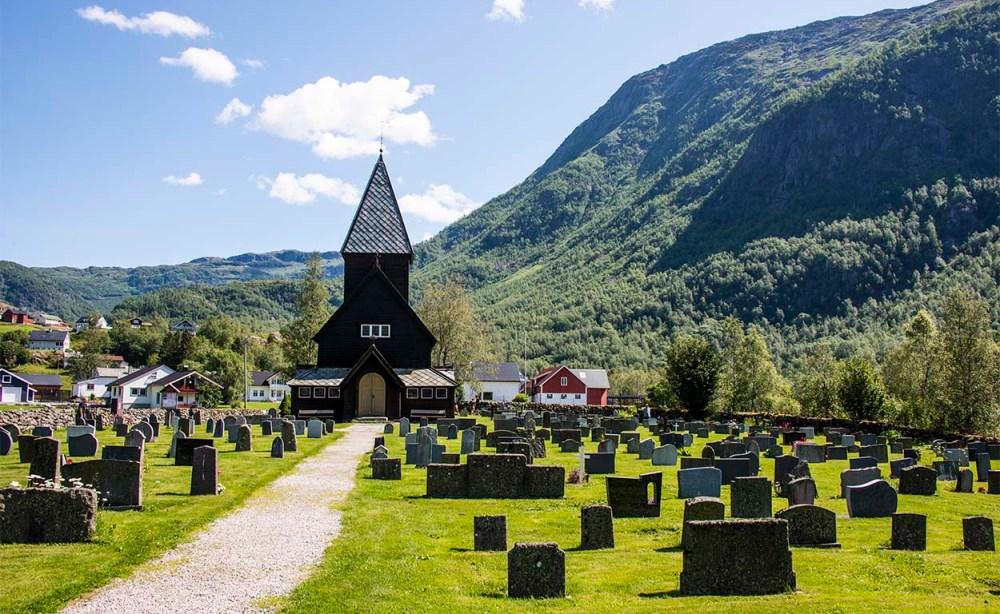 Røldal stavkirke sett fra utenfor kirkegården
