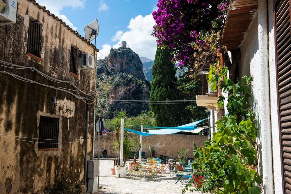 Gate i landsbyen Scopello nordøst på Sicilia