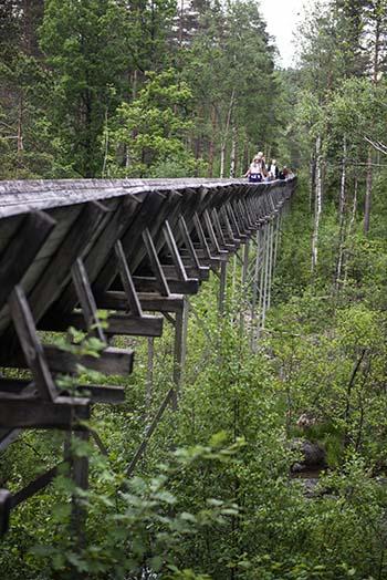 En familie på fottur i Tømmerrenna i Vennesla på Sørlandet