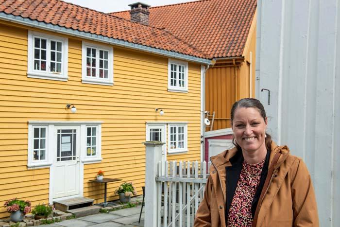 Guide Birgit Gautschi foran Krambua på Flekkefjord Museum